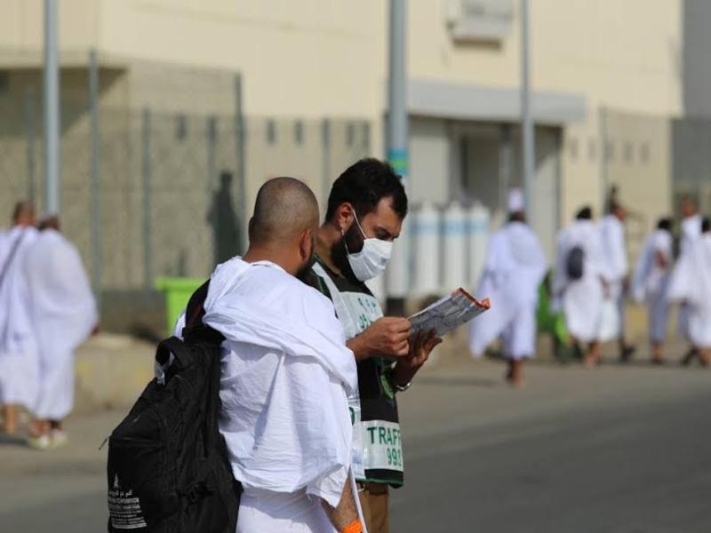 رجال الامن يساعدون حجاج بيت الله  (212992809) 
