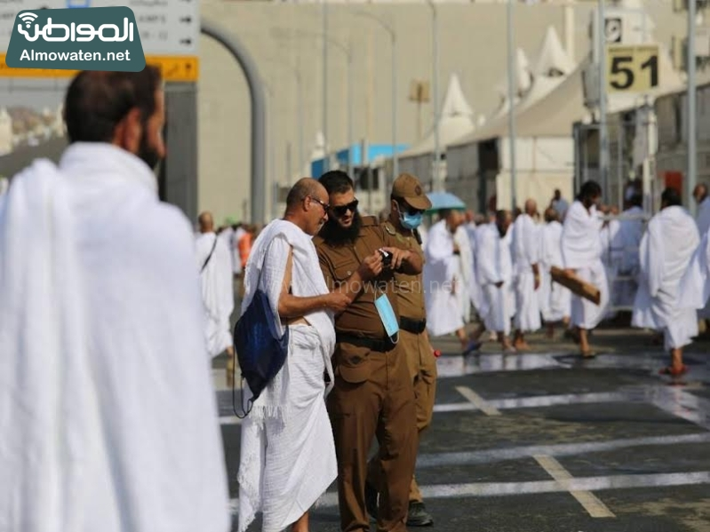 رجال الامن يساعدون حجاج بيت الله  (212992810) 