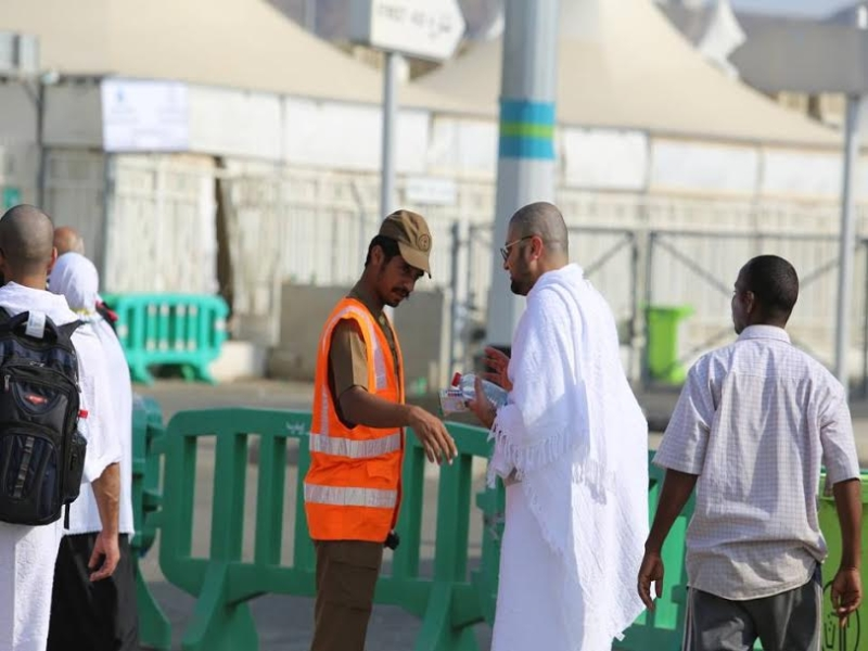 رجال الامن يساعدون حجاج بيت الله  (212992811) 