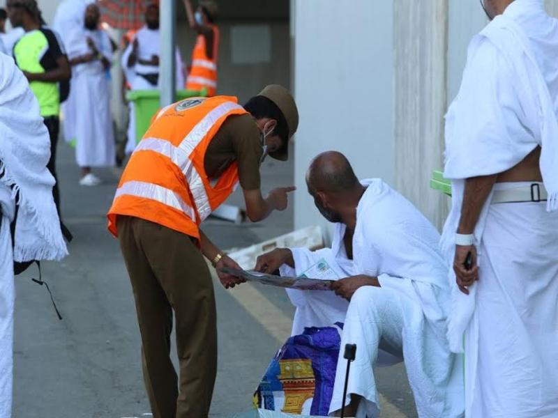 رجال الامن يساعدون حجاج بيت الله  (212992813) 