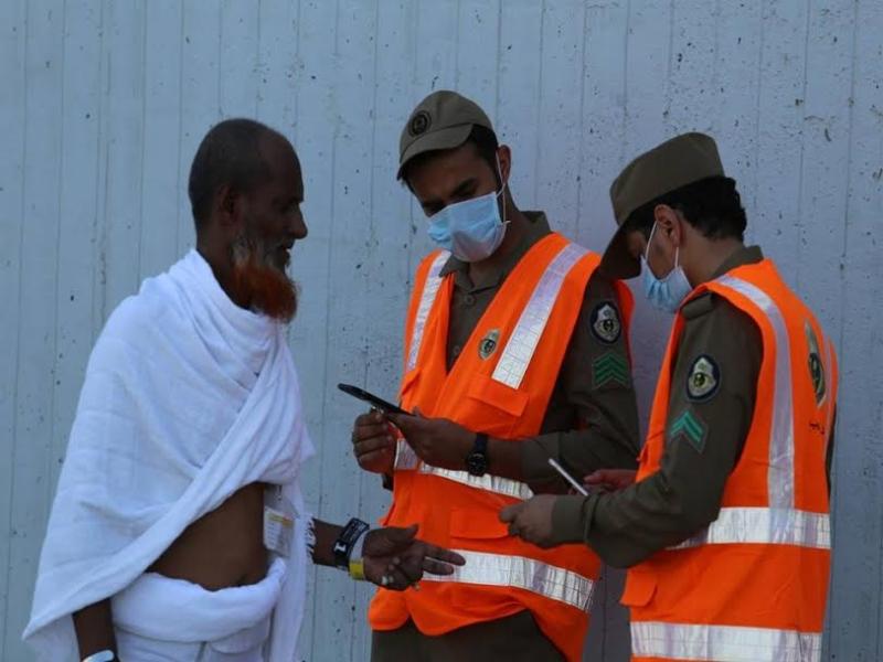رجال الامن يساعدون حجاج بيت الله  (212992814) 