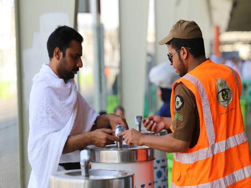 رجال الامن يساعدون حجاج بيت الله  (212992815) 