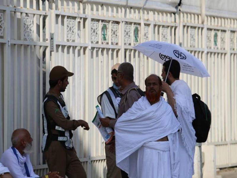 رجال الامن يساعدون حجاج بيت الله  (212992816) 