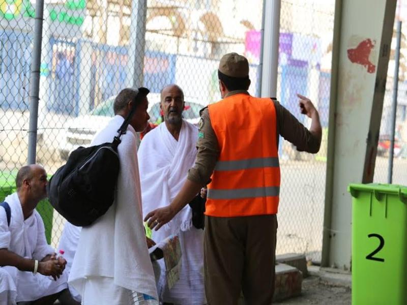 رجال الامن يساعدون حجاج بيت الله  (212992817) 