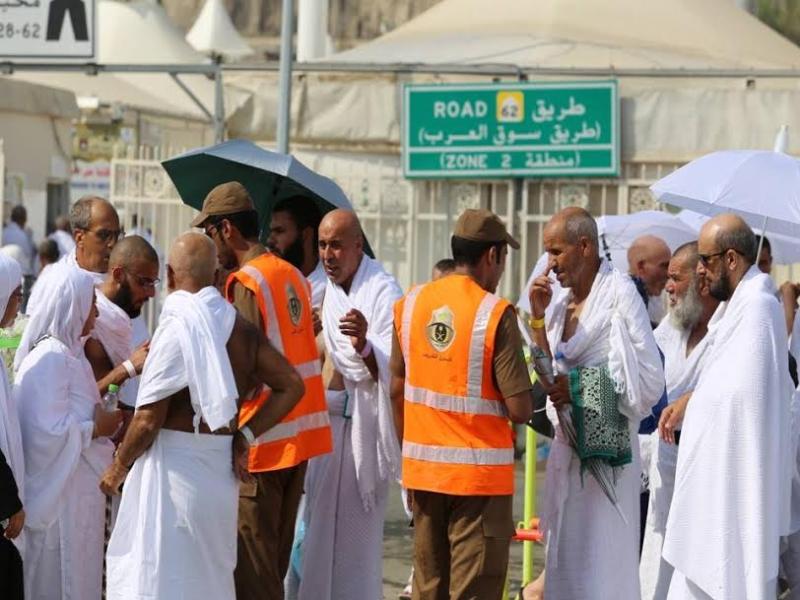 رجال الامن يساعدون حجاج بيت الله  (212992818) 
