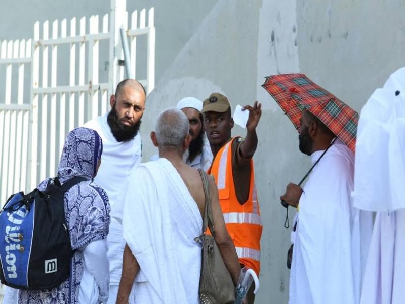 رجال الامن يساعدون حجاج بيت الله  (212992819) 