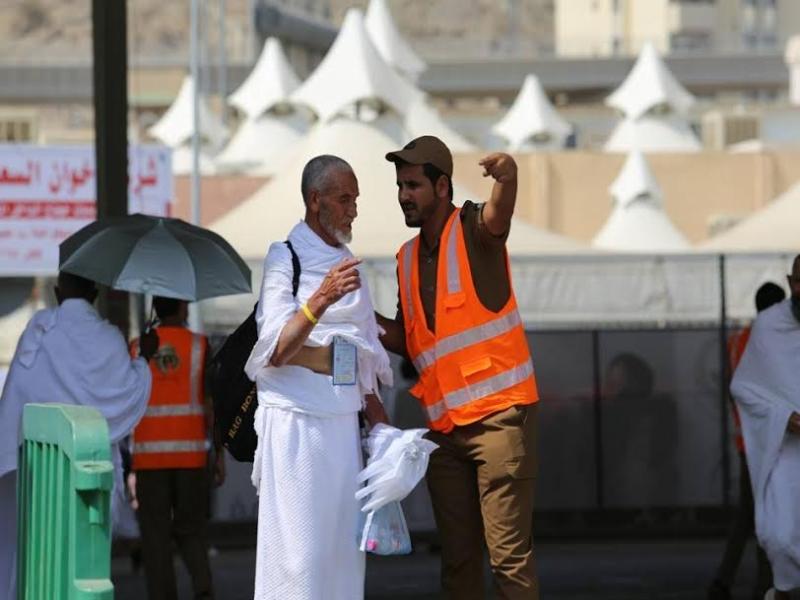 رجال الامن يساعدون حجاج بيت الله  (212992820) 