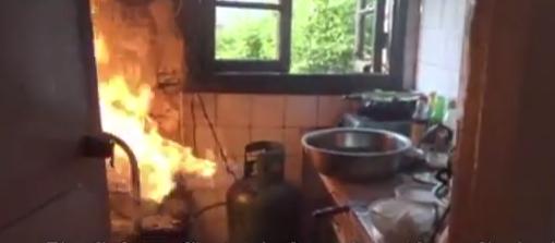 رجل إطفاء صيني يغامر بحمل اسطوانة غاز مشتعلة لحماية منزل