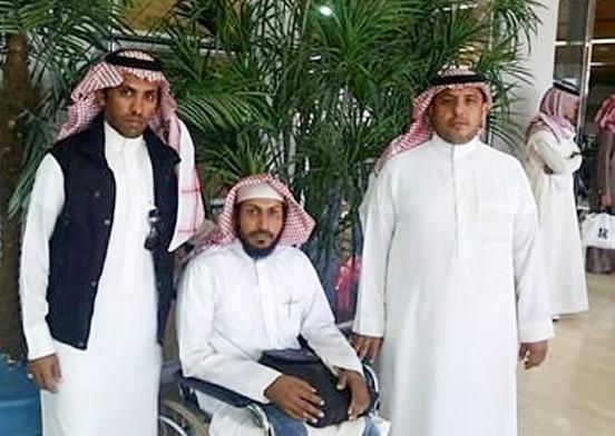 رجل الأمنحسن بن علي الشهري وإلى جواره قريباه