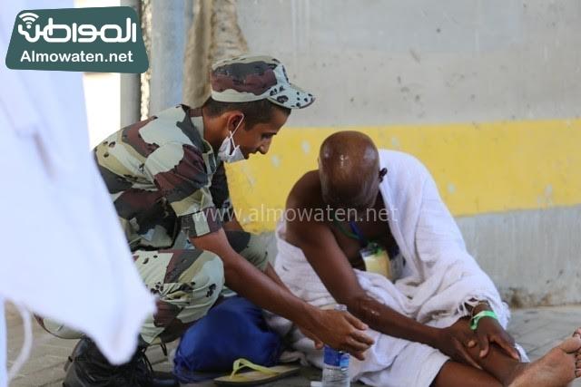رجل امن يتطمن على حاج (1)