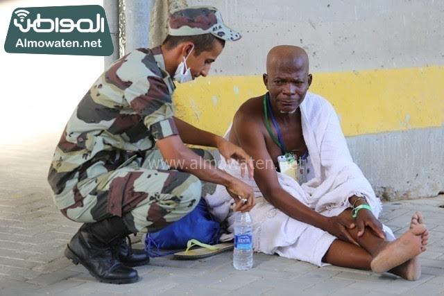 رجل امن يتطمن على حاج (195897853) 