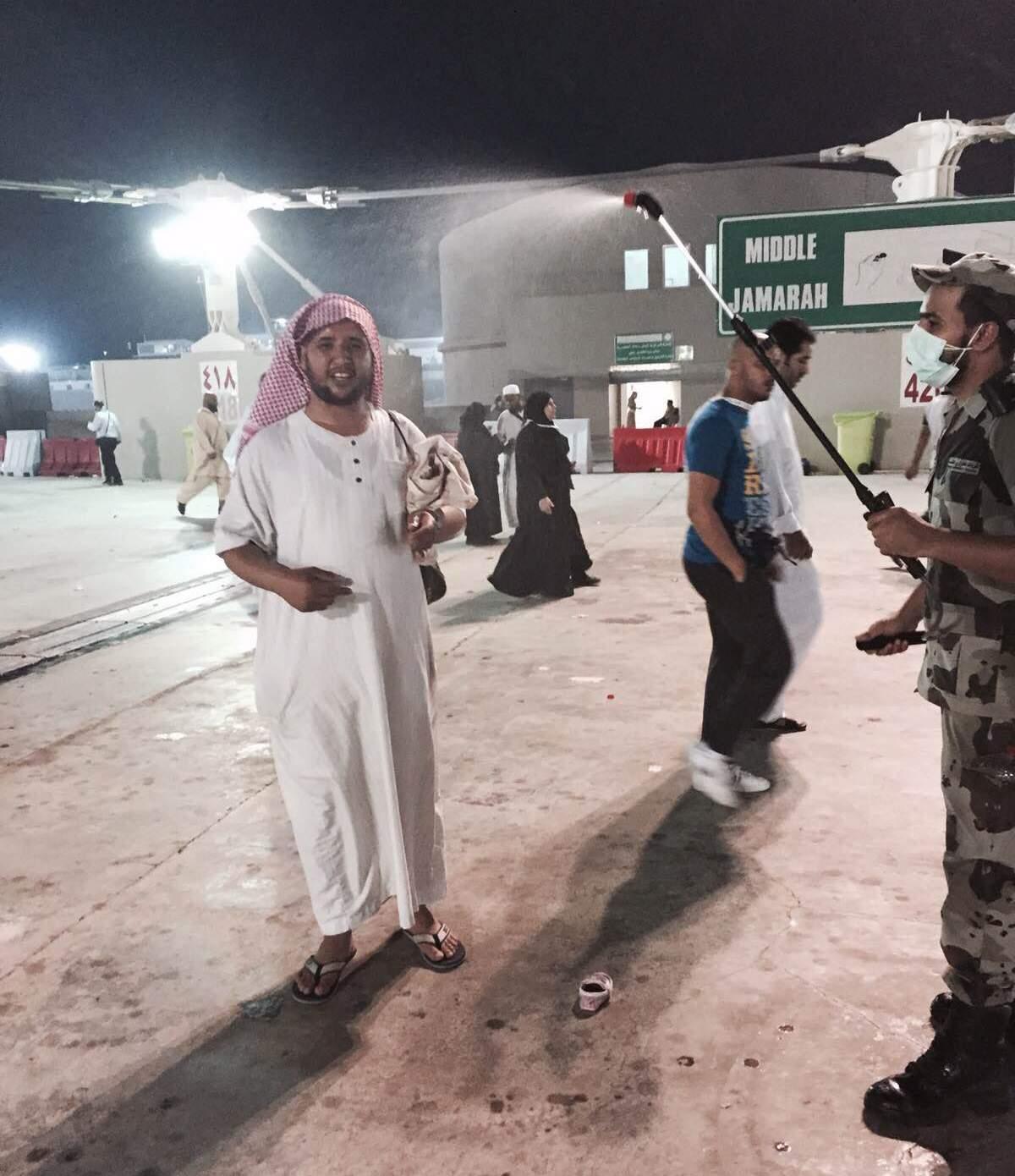 مواطن يوثق جهود رجل أمن يرش الرذاذ البارد على الحجاج بـ #منى - المواطن
