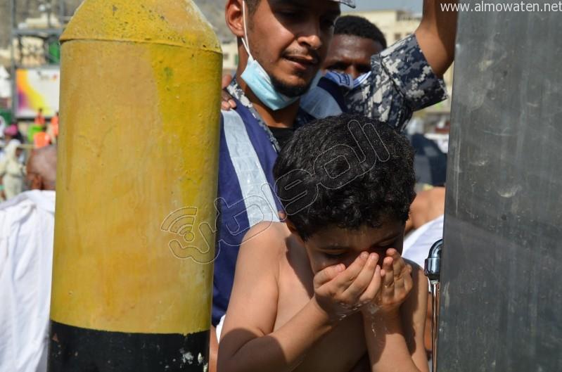 رجل-امن-يروي-عطش-طفل (5)