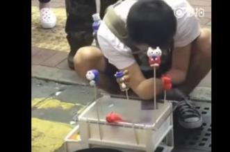 بالفيديو.. رجل بلا يدين يبيع الحلوى في الشارع - المواطن