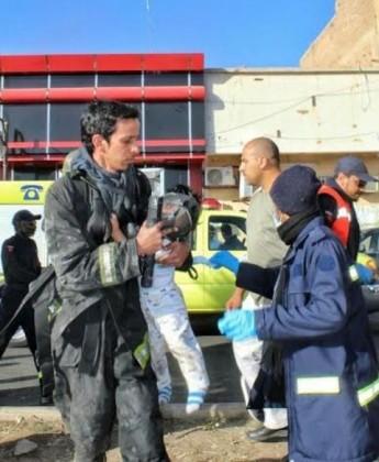 رجل دفاع مدني ينقذ طفل