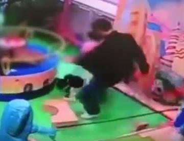 رجل صيني يركل طفل بعنف