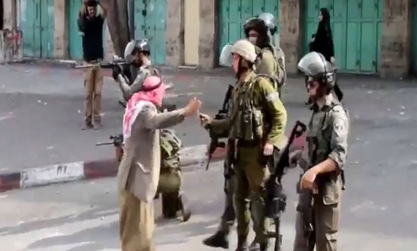 رجل-فلسطيني-يتصدى-لقوات-الاحتلال