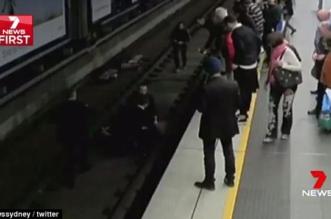مشهد مرعب.. رجل يفقد وعيه أمام القطار - المواطن