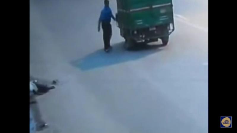رجل يحتضر على الطريق