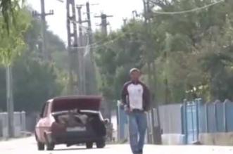 رجل يحمل بقرة بسيارته