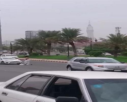 بالفيديو.. مرور #مكة يرد على مواطن خلع ملابسه بالطريق العام