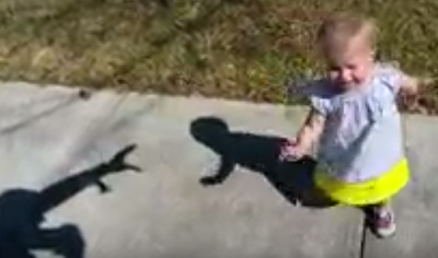 رجل يرعب طفلته بظله
