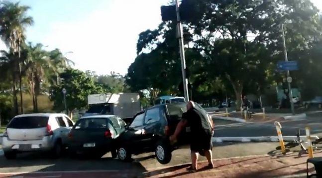 رجل-يرفع-سيارة