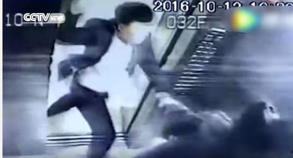 رجل يضرب امراة