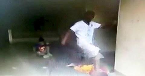 رجل يضرب طفل بوحشية مفرطة
