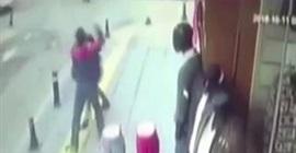 رجل يطعن خطيبته في الشارع