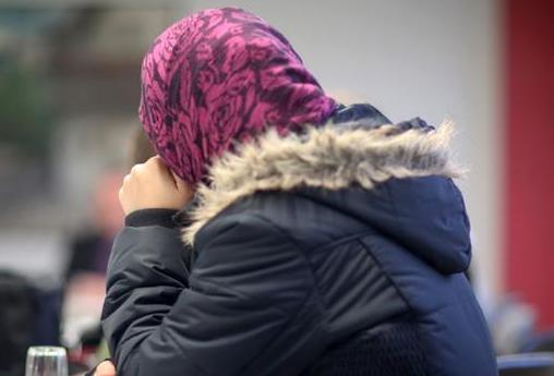 رجل يعتدي على امراءه بسبب حجاب