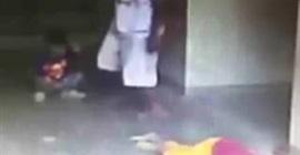 رجل يعتدي على طفل