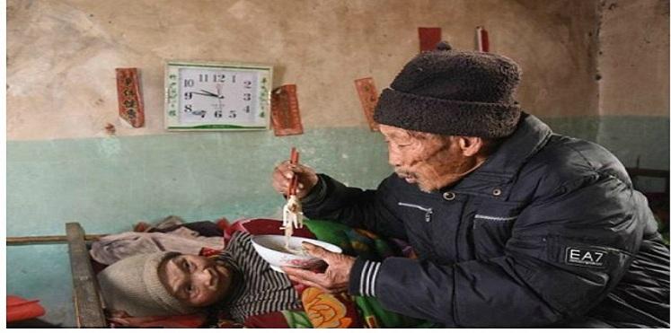 رجل يعتني بزوجته المريضة (3)