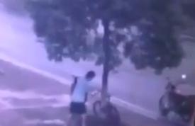 رجل يقطع شجرة لسرقة دراجة