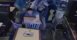 رجل يلقي مشروب في وجه صاحب مطعم
