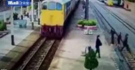 شاهد.. لحظة إلقاء رجل نفسه أمام قطار مسرع
