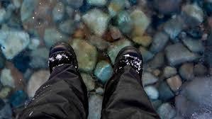رجل يمشي على الماء