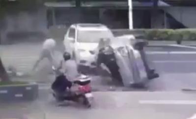 رجل ينجو من الموت بأعجوبة بعد انقلاب سيارة بالقرب منه