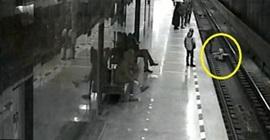 رجل ينقذ طفل
