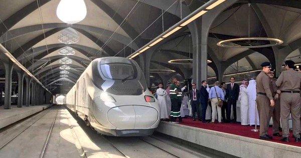 الفيصل ونائبه يستقلان أول رحلة تجريبية لقطار الحرمين بين مكة وجدة