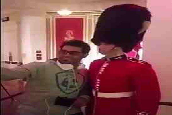 رد فعل أحد حرس الشرف البريطاني تجاه شاب خليجي حاول لمسه