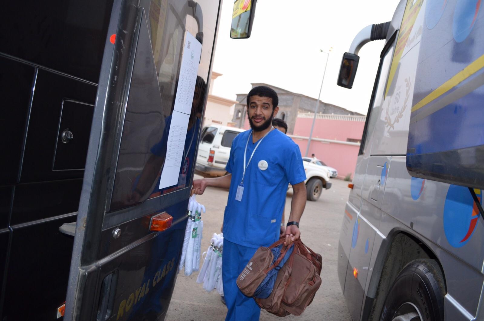 رواد #جازان يوزع أكثر من 1000 حقيبة صحية لحجاج الداخل - المواطن