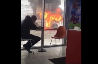 روسي يتناول الغداء بهدوء على بعد أمتار من سيارة تحترق - المواطن