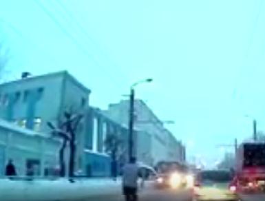 روسي يلقي بنفسه أمام حافلة
