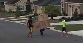 شاهد.. الرياح تطيح بأطفال في الشارع بقوة! - المواطن