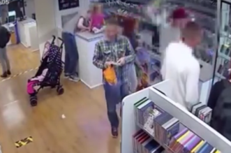 شاهد.. بريطاني يستخدم طفلته للتمويه لسرقة جوّال - المواطن