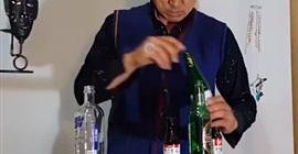شاهد.. خدعة فيزيائية قوية لتثبيت زجاجات بشكل غريب - المواطن