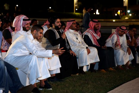 زوار أثناء حضورهم فقرة حكايا شباب