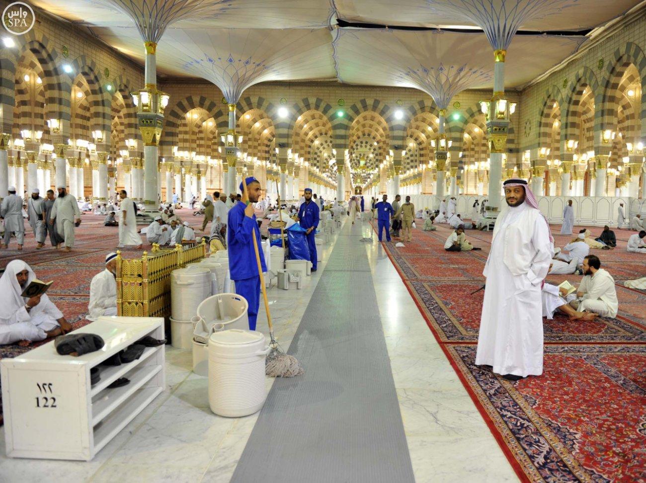 زوار المسجد النبوي بالمدينة المنورة (8)