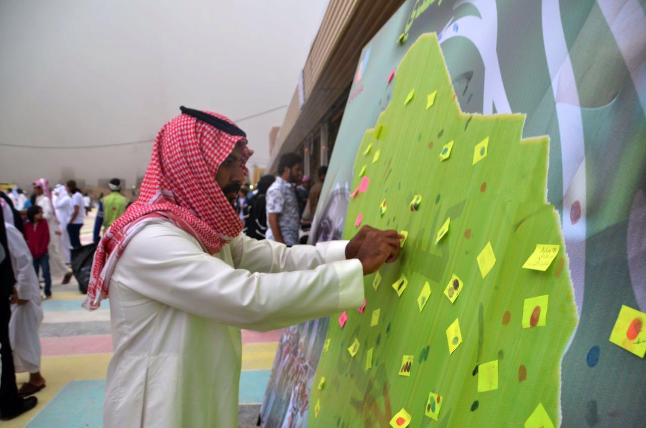 زوار مهرجان أبها يدونون مشاعر الوفاء لشهداء الوطن (1)